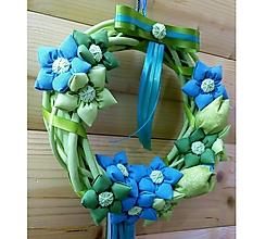 Dekorácie - Krásny Jarný venček ROZKVITNUTÉ TULIPÁNY, priemer 25 cm (Tulipány v objatí nezábudiek) - 10545341_