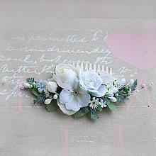 Ozdoby do vlasov - Hrebienok s bielymi ružičkami - 10550606_