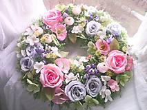 Dekorácie - Kvetinový veniec na dvere ...ružičky v záhrade ... - 10551139_