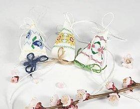 Dekorácie - Jarné kvety - folk vyšívaná závesná dekorácia - 10551159_
