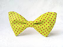 Náhrdelníky - Bodkovaný dámsky motýlik (neónovo-zelený/červené bodky) - 10556038_