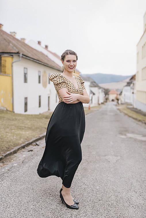 Béžovo-čierne šaty UP