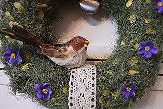 Dekorácie - Veniec s vtáčikom a fialkami - 10556111_