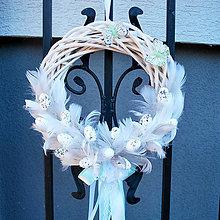 Dekorácie - Venček s pierkami,vajíčkami a motýlikmi - 10562115_