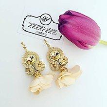 Náušnice - Ručne šité šujtášové náušnice / Soutache earrings with flower tassels & Swarovski®️crystals (Lili - béžová) - 10565768_