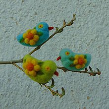 Dekorácie - ...plstené vtáčiky s kvietkami - 3ks... - 10568474_