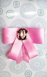Odznaky/Brošne - fialová luxusná mašľa s brošňou pod golier - 10568461_