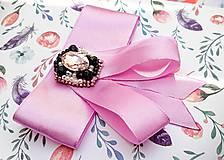 Odznaky/Brošne - fialová luxusná mašľa s brošňou pod golier - 10568463_