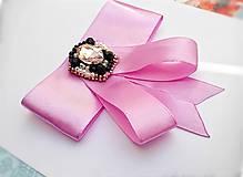 Odznaky/Brošne - fialová luxusná mašľa s brošňou pod golier - 10568466_