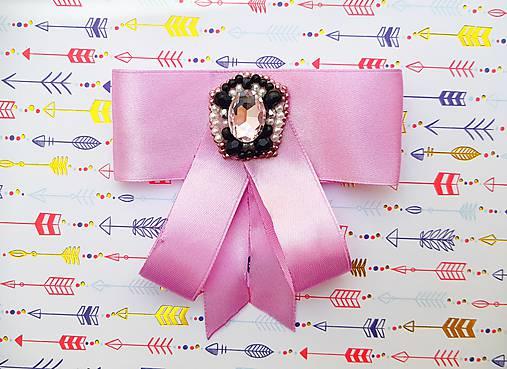fialová luxusná mašľa s brošňou pod golier