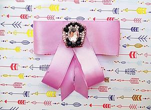 Odznaky/Brošne - fialová luxusná mašľa s brošňou pod golier - 10568462_