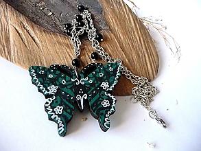 Náhrdelníky - tmavozelený drevený náhrdelník-motýlí - 10567919_