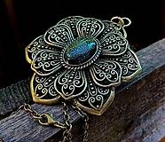 Medailon kvet s kameňom