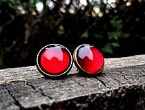 Starobronzové puzetové náušnice s červenými kamienkami