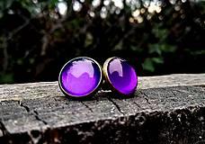Starobronzové puzetové náušnice s fialovými kamienkami
