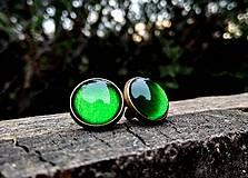 Náušnice - Starobronzové puzetové náušnice so zelenými kamienkami - 10573916_