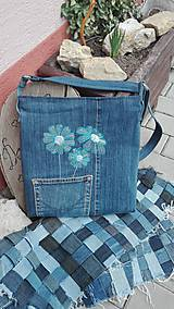 Kabelky - Crossbody kabelka z recyklovanej rifľoviny s výšivkou margarétky - 10571797_