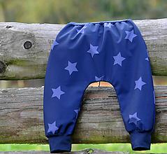 Detské oblečenie - Softshellky temně modré / lila hvězdy - 10571666_