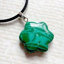 Náhrdelníky - Simple Gemstone Flower Necklace / Náhrdelník kvet s minerálom #2056 (Malachit synt.) - 10575609_