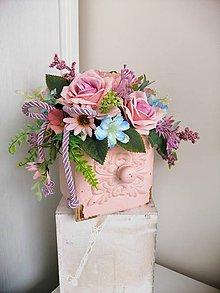 Dekorácie - kvetinová ikebana v ružovom šuflíčku - 10576018_