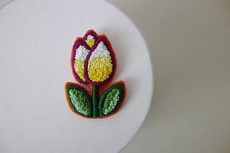 Odznaky/Brošne - Cute tulip - ručne vyšívaná brošňa - 10576086_