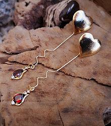 Náušnice - Napichovacie náušnice so srdiečkami a červeným zirkónovým príveskom - 10578234_
