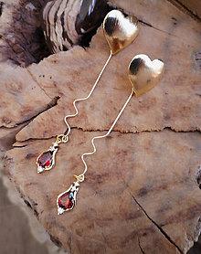 Náušnice - Napichovacie náušnice so srdiečkami a červeným zirkónovým príveskom - 10578235_