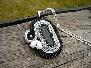 Náhrdelníky - Soutache prívesok Elegant Black & Silver - 10579343_