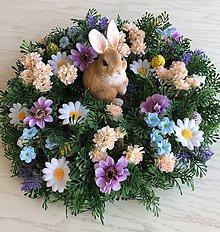 Dekorácie - Jarný venček na stôl so zajkom - 10581482_