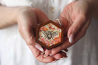 Náhrdelníky - Včela (Červená) - 10585076_