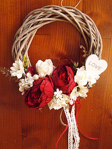 Dekorácie - Bordovo-ivory veniec s pivonkami a srdcom - 10584243_