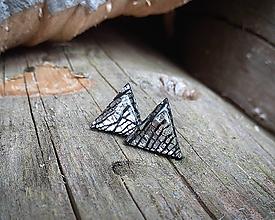 Náušnice - Trojuholníčky 10 mm s kovovým efektom (čierne) - 10589503_