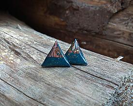 Náušnice - Trojuholníčky 10 mm s kovovým efektom (modro - bronzové) - 10589511_