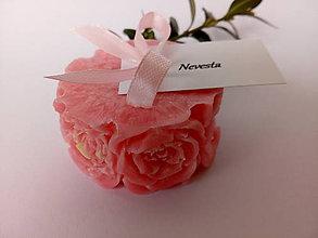 Darčeky pre svadobčanov - Svadobná sviečka ružičky s kartičkou/ružová - 10587789_