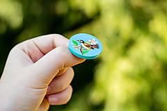 Odznaky/Brošne - Ručně malovaná brož s ptáčkem v tyrkysové - 10591492_