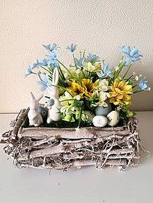 Dekorácie - Veľkonočný aranžmán s dvomi zajačikmi a vajíčkami - 10589895_