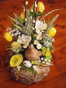 Dekorácie - Veľkonočná dekorácia so sliepočkou v žltom - 10591456_