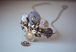 Ozdoby do vlasov - Glitrovaná korunka z mušlí vhodná na festival - 10593381_