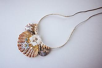 Ozdoby do vlasov - Glitrovaná korunka z mušlí vhodná na festival - 10593567_