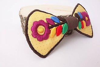 Odznaky/Brošne - Veselé kvietky - vyšívaný dámsky motýlik - 10592485_