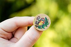 Odznaky/Brošne - Ručně malovaná brož s ptáčkem - mini kulatá - 10598468_
