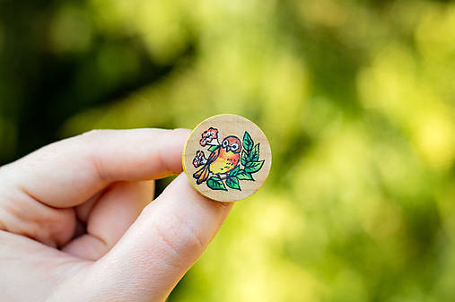 Ručně malovaná brož s ptáčkem - mini kulatá