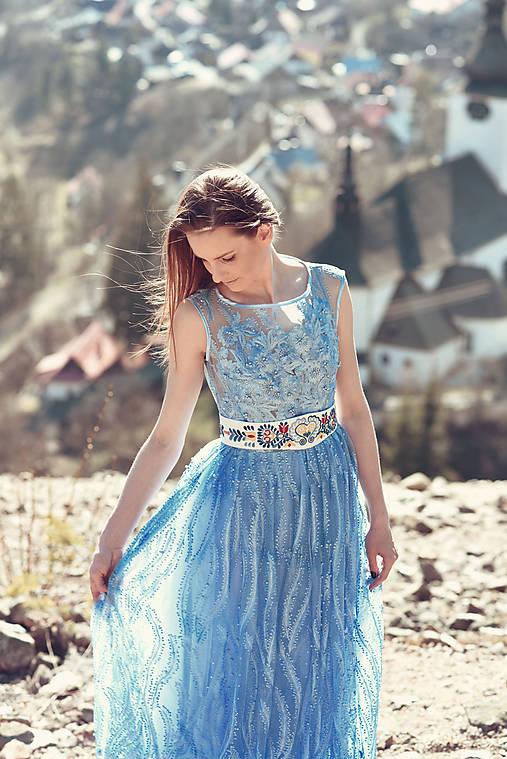 Svetlomodré šaty s čipkou