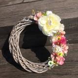 Dekorácie - Kvetinový veniec na dvere - 10596638_