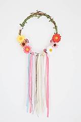 Dekorácie - Kvetinový veniec so stuhami - 10597669_