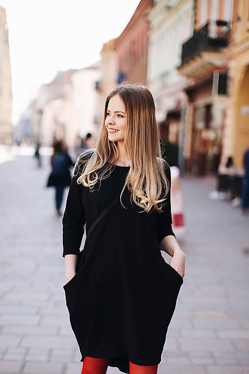 Šaty - Čierne šaty na dojčenie s efektným zapínaním - 10602913_