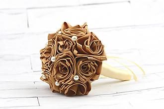 Kytice pre nevestu - Saténová kytica svadobná zlatá ruže s perlami - 10600680_