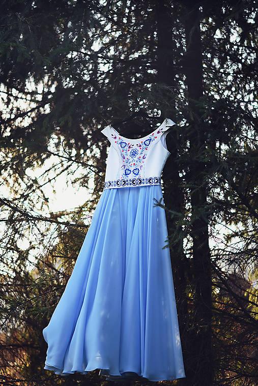 Modré vyšívané šaty