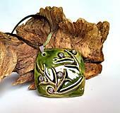Náhrdelníky - Keramický šperk  - Zelený s halúzkou - - 10604977_