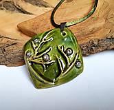 Náhrdelníky - Keramický šperk  - Zelený s halúzkou - - 10604978_